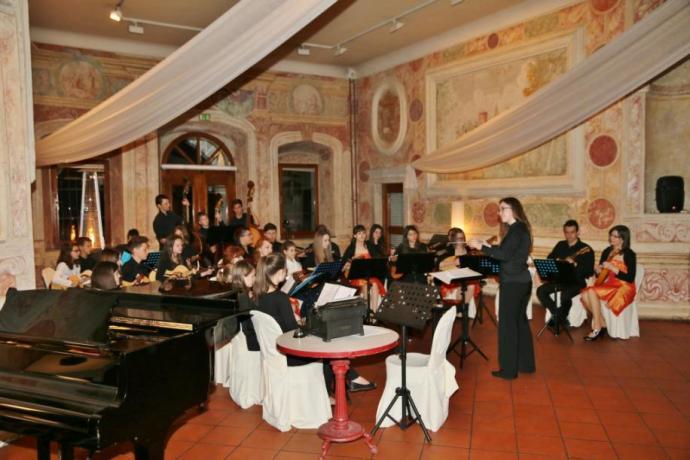 Koncert Tamburjašev na Zemonu ob otvoritvi tekmovanja Svirel