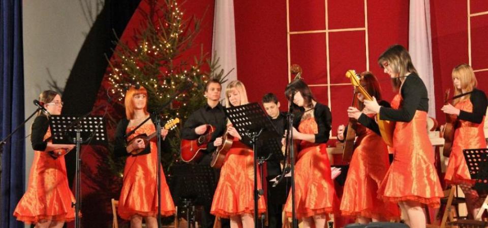 Tamburjaški koncert v Vipavi (tamburaši in zvoki tamburic)